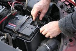 Wie wechselt man eine autobatterie